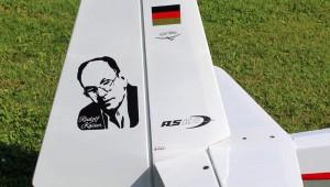 Der Modellbauer Wolfgang Weber vom FSV-Blitz Amöneburg ist schon immer Schleicher-Fan und ehrt Rudolf Kaiser auf dem Leitwerk seiner K8B.