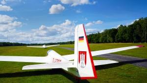 """""""Flagge zeigen"""" tut die ASK 13 des  Hamburger Vereins für Luftfahrt e.V. Boberg. Foto: Holger Weitzel www.aufwind-luftbilder.de"""