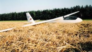 """Daniel Einhaus fotografierte die """"81"""" nach einer Außenlandung. Sie gehörte da noch dem LSV Cloppenburg. Mit etwas Wehmut sagt er: """"Ich habe mit dem Flugzeug sehr, sehr viele schöne Stunden und Kilometer geflogen""""."""