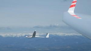 Michael Köhler fliegt mit seiner ASW 24 E über Sisteron und wird ebenfalls aus einer ASW 24 E fotografiert von Michael Hölscher.