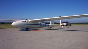 Die Ka 6 E von Jürgen Wittorf beim Wiegen während der 12. Internationalen Militär Segelflugmeisterschaften 2005 der Bundeswehr in Holzdorf. Wieviel Liter Wasser können heute getankt werden ???
