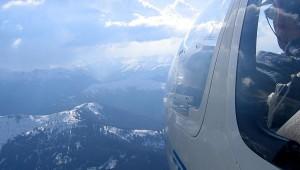 """Gerhard Weber vom Luftsportverein """"Thermik"""" Alfeld/Leine bei einem schönen Alpenflug mit der ASK 21. Auf dem zweiten Sitz fliegt Rudi Steinmetz vom Luftsportverein Salzburg mit, der auch diesen Schnappschuss machte."""