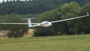 Florian Theisinger mit seiner ASW 27 im schnellen Überflug in Lüsse.