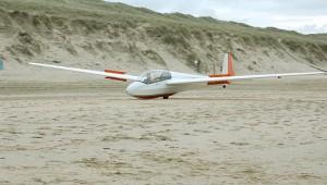Robert Veenboer fotografierte Neander Stalpers nach einem Hangflug am Strand mit der ASK 13 des Castricum Gliderclub (NL), die mittlerweile gegen eine ASK 21 getausch worden ist.