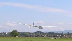 Ein umgebauter Alpenflieger: Die ASH 25 (DF) mit langer Haube und Bremsschirm. Das Flugzeug ist bei der Akaflieg München in Königsdorf stationiert.