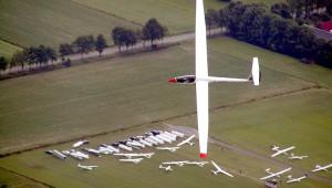 Peter Bakker in seiner ASW 19 über dem Segelflugplatz Lemelerveld in den Niederlanden, festgehalten von Luc Dubelaar.