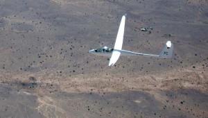 Markus Kroeger fotografierte aus seiner ASH 25 Mi heraus die beiden Piloten Manfred Clement und Dr. Willi Wellhausen, die mit der ASH 25 Mi von Stefan Hüveler in Namibia unterwegs waren.