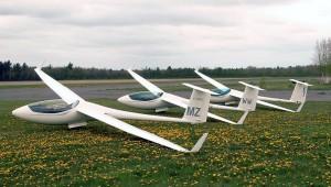 Diese drei Kanadischen ASW 24 fotografierte Uli Werneburg auf einem Wettbewerb bei Ontario. Die erste (MZ) gehört ihm, die zweite (WW) gehört Robert Toupin und die dritte (ET) Udo Rumpf.