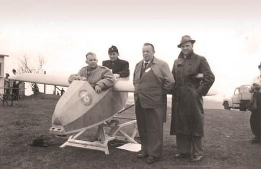 Alexander Schleicher 1951 mit einem Kunz-Schuler auf der Wasserkuppe.