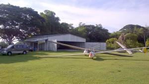 Rolf Dunder aus Manila ist Segelflugpionier auf den Philippinen und hat zu den schon existierenden K7 und K8B noch eine ASW 19 B angeschafft. Das sind die einzigen Segelflugzeuge in diesem Land und Nampicuan ist der einzige Segelflugplatz (www.glidersphilippines.com).