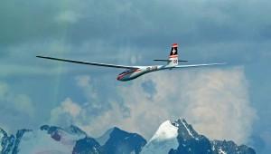 Die ASW 15 von Martin und Christian Eibicht - hier gerade unterwegs im Oberengadin/Schweiz - ist seit 1971 in Familienbesitz. Beide sind der Meinung, dass sie eines der schönsten Segelflugzeuge ist das je gebaut wurde und auch genau so fliegt.
