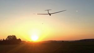 Felix Stärk von der Fliegergruppe Bad Saulgau schickt uns Bilder von ihrer ASK21 im Sonnenuntergang...