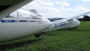 Patric Riessner vom Aero Clubs Lichtenfels schickt uns dieses Bild der geduldig auf Flugschüler wartenden ASK 21 und K8