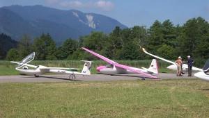 Oliver Alfing vom Flugplatz Borkenberge wollte nur mal zeigen, dass Holz auch zwischen den Kunststofffliegern gut aussieht! Seine Ka6 CR auf dem Flugplatz Eschenlohe während des Urlaubs.