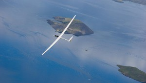 Die ASH 25 Serien-Nr. 4 geflogen von Asgeir H. Bjarnason und fotografiert von Eggert Norddal im Juli 2008 über der spektakulären Vulkanlandschaft der Insel Thingvallavatn