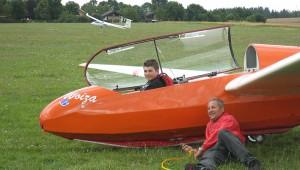 Auf dem Flugplatz Aalen-Heidenheim-Elchingen lässt Fluglehrer Uli Grau seinen Schüler Florian Paul nach 45 Starts zum ersten Mal alleine mit der ASK 13 fliegen