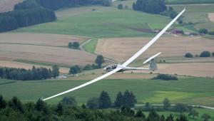 Andrea und Fritz Brockmann in ihrer ASH 25 kurz vor dem Klippeneck. Wouter Geldhof konnte mit diesem Foto ein Stück Dynamik des Segelfluges einfangen.