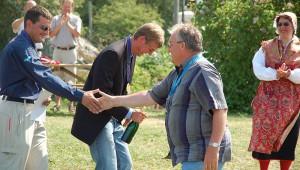Segelflug-WM 2006 in Eskilstuna: Gerhard Waibel gratuliert den Siegern  Foto: Lothar Schwark