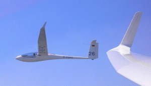 Stefan Schreyer mit seiner ASH 26 E im engen Teamflug mit Sigi Samson, der aus seiner DG 800 fotografiert hat.