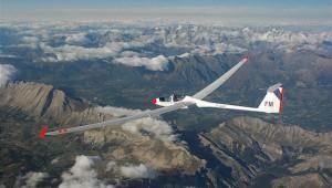 Sven-Helge Wagner fotografierte diese ASH 25 des CNVV im Abflug vom Pic de Bure in rund 5800m Höhe.