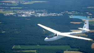 Philipp Röttgen vom Flugverein Gütersloh schickte uns dieses Bild der grundüberholten ASW 15 B, die sich trotz des Alters und ihrer 4300 Stunden immer noch großer Beliebtheit erfreut und eine gute Figur in der Luft macht.