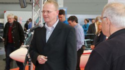 Ulrich Kremer begrüßt Peter F. Selinger und alle Gäste