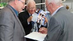 """Werner """"micro"""" Scholz holt sich die Unterschrift des Seniorchefs"""