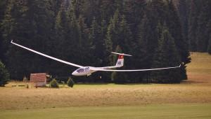 Lothar Schwark hat Guido und Susi Halter mit ihrer ASH25E beim Klippeneck-Wettbewerb 2014 eingefangen.
