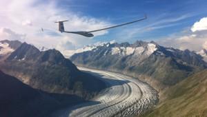 Daniel Rossier mit seiner geliebten ASH 31 Mi über dem Aletsch-Gletscher