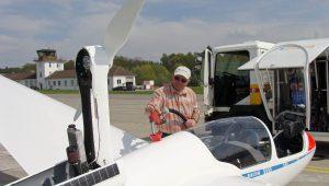 """""""In seiner ganzen Karriere hätte er noch nie so wenig Sprit tanken müssen"""", meinte der Tankwart bei der Überführung der Schänis-ASK21Mi am Flughafen Friedrichshafen. Dank an Peter Schmid für diesen Beitrag."""