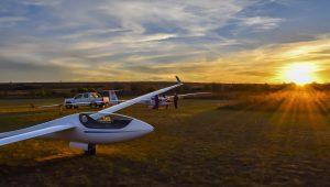 Santiago Landi aus Argentinien hat seine beiden Schleicher-Flugzeuge vor einem wunderschönen Sonnenuntergang in La cumbre, Cordoba, fotografiert.