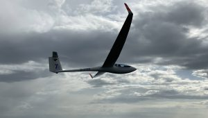 Ein Fliegerkollege aus der Luftsportgruppe Menden lichtete Markus Junker beim Wellefliegen mit der ASW28-18 ab.
