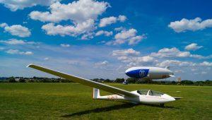LSV Bonn Rhein-Sieg: Zusammentreffen der ASK 21 mit dem Zeppelin NT in Hangelar. Hat jemand einen noch größeren Windsack am Start?