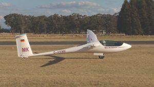 Manfred Kasten bei einer Landung in Corowa - Australien nach 786km mit seiner ASH 26 E.